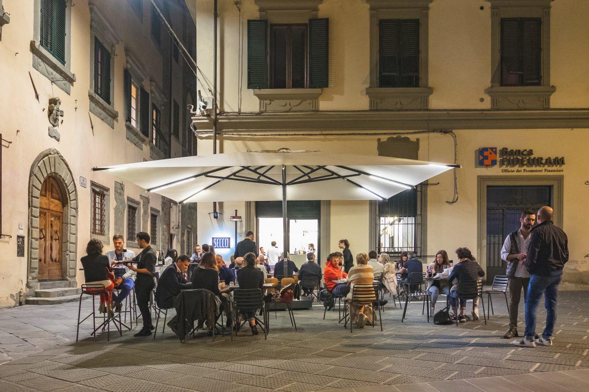 tavoli sulla piazza